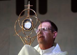 na presença da Eucaristia somos transformados