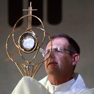 """""""Na presença da Eucaristia somos plasmados naquilo que Deus sonhou."""""""